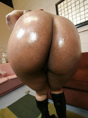 Ebony MILF babe with a big ass Mia Bangg showing her huge ass