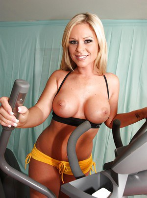 Flexy MILF babe with big tits Ahryan Astyn stripping naked in the gym