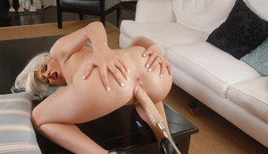 Blonde hottie Layden Sin plays with a machine to satisfy her cunt
