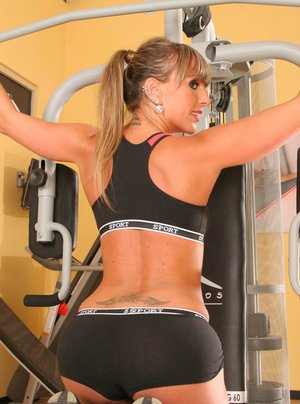 Shapely babe showing off her nice tits and juicy clit in the gym
