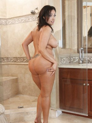 Fatty milf Vannah S. takes off lingerie and stockings before shower