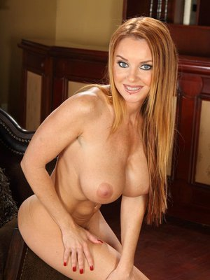 Milf with great butt and huge juggs Janet Mason exposes delights