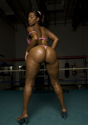 Black MILF exposing her gorgeous booty in the boxing ring