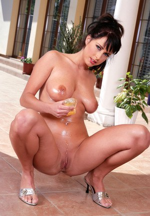MILF babe with big melons Roxana puts oil on her naked hot body