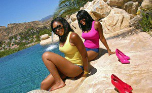 Ebony slut Amber Stars enjoys swimming with naked ass in outdoor pool