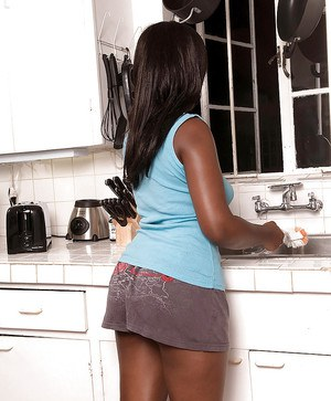 Amateur black babe Candy Lynn denudes her sexy body in the kitchen