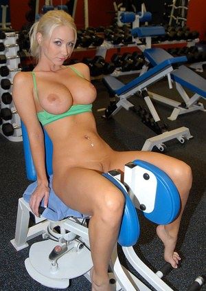 Insanely hot blonde exposing her perfect fucking body in the gym