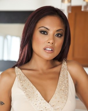 Asian MILF babe Kaylani Lei drops her shorts and spreading her slit