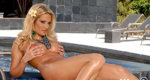 Gorgeous MILF babe Jessica Drake reveals her boobs and her cunt