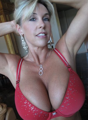 Mature with big juggs shows her body in lingerie and drops her bra