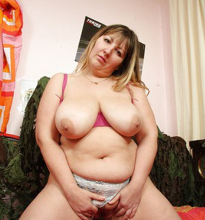 Horny mature plumper playing with her big tits and toying her cunt