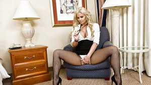 Sexuality at it's heights with milf Gracie Glam spreading in pantyhose