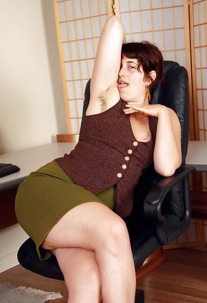 Fatty mature woman in mini skirt Gwyneth stripping in the office