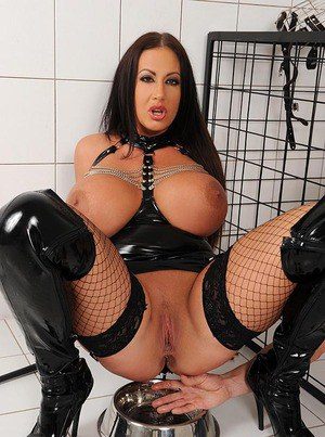 Curvaceous babe in latex outfit Emma Butt pissing on her human pet