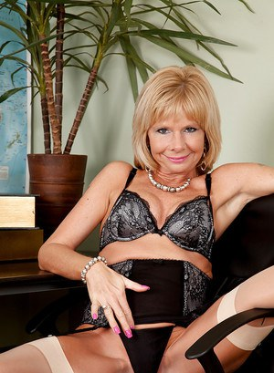 Fuckable mature woman Cathy Oakely stripping in the office
