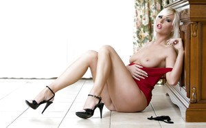 Smoking hot MILF Lenka Drozd slipping off her panties and toying her vag