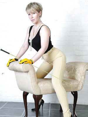 Short haired mature lady with hot ass posing in skin-tight jeans