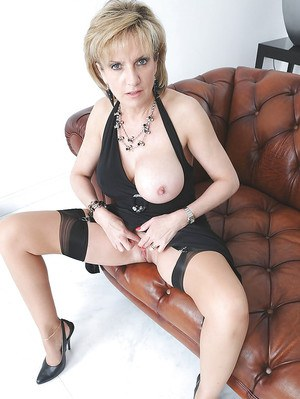 Stunning mature babe posing on the sofa and masturbating her twat