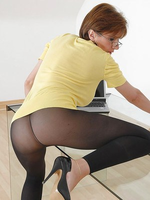 Curvy mature babe in black nylon pantyhose spreading her sexy legs