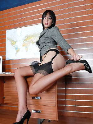 Mature fetish babe showing off her sexy legs covered with nylon stockings
