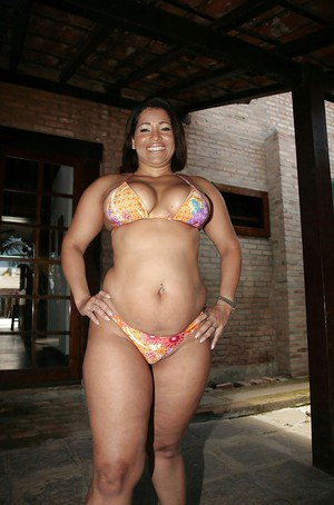 Fatty ebony MILF in bikini Rosa William showing off her big booty