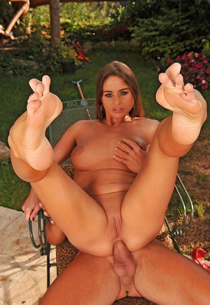 Gorgeous MILF Chaty Heaven gives a footjob and gets her asshole fucked outdoor