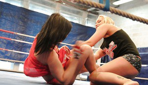 Kathia Nobili gets dominated by Angell Summers in a catfight