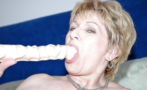 Mature miss gets a huge toy in her cunt craving for pleasure