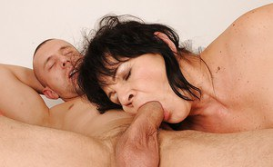 Fatty mature Helena May kisses in the shower and gets fucked