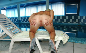 Mature Sarah Rayne spreading her wet cunt right by the pool