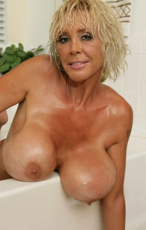 Mature blonde babe Burbank Bombshell plays with her boobs in the bath