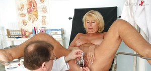 Blonde mature mom with flabby ample ass gets examed by gyno
