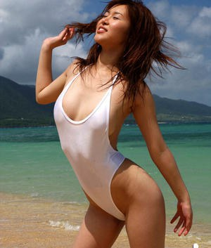 Pretty asian babe Adusa Kyono uncovering her tempting curves outdoor