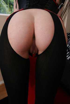 Foxy babe Sammie Rhodes exposing her sexy ass and sweet pussy