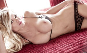 Pretty blonde babe Lindsey Knight showcasing her gorgeous body
