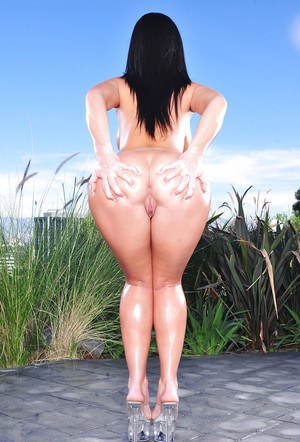 Bootylicious brunette with big tits Jayden James stripping outdoor