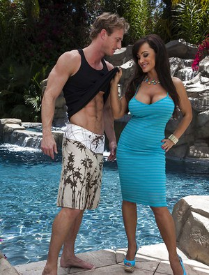 Voluptuous MILF with huge boobs Lisa Ann gets banged outdoor