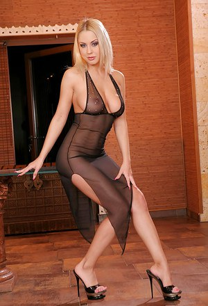 Ravishing blonde vixen on high heels Mandy Dee showcasing her gorgeous curves