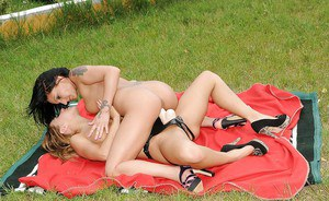 Nikky Thorne fucking her friends pussy by a strapon and fisting it outdoor