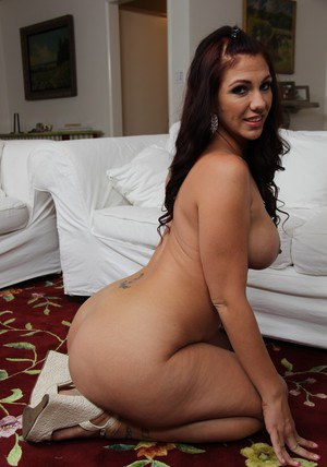 Full-figured brunette babe Madison Rose slipping off her bikini
