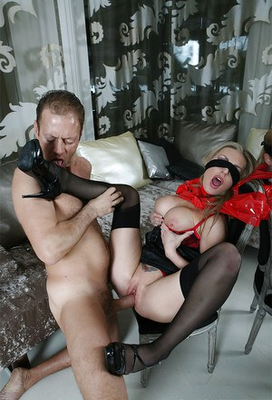 Lecherous hotties have a passioante groupsex with a well-hung guy