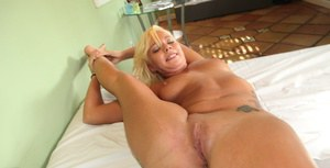 Flexy blonde slut uncovering her tempting curves and giving a blowjob