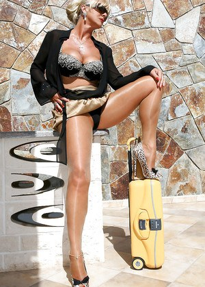 Steaming hot mature blonde in sunglasses slipping off her clothes outdoor
