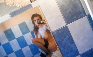 Bosomy amateur in stockings picturing herself in the bath