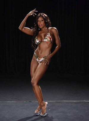 Well-toned ebony MILF slipping off her sport outfit and bikini