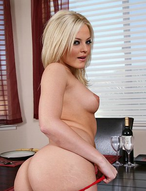 Bootylicious pornstar Alexis Texas makes a dinner and gets fucked hardcore