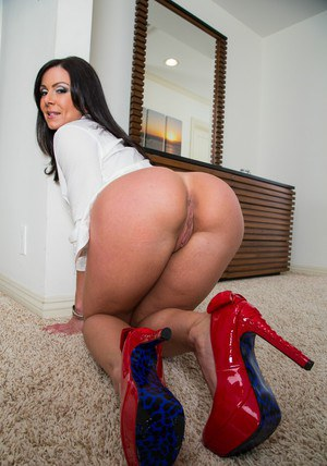 Stunning MILF Kendra Lust stripping and exposing her awesome ample ass