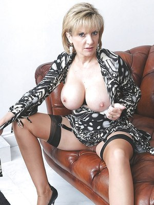 Tempting mature lassie revealing her big round boobs and juicy pink cunt