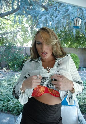 Well-stacked mature vixen Lisa Lipps stripping and spreading her legs