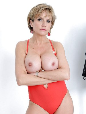Leggy mature blonde in swimsuit revealing her big boobs ans juicy cunt